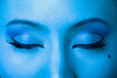 Parti: Sıvı eye-liner  Nasıl? Eye-liner ile gözünün üst kısmında en içten başlayarak bir çizgi çek. Çizgiyi hafifçe gözlerinin dışına uzat.  İpucu: Gözlerine sürmeden önce fırçadaki fazla sıvıyı elinin üstüne sil. Böylece istediğinden kalın bir çizgi çekmeyi engellemiş olursun.  Yoğun bir görünüm için siyah eye-liner kullan. Çünkü siyah eye-liner tüm ten renkleriyle uyumludur.   Eye-liner'ı uzatırken kıvırmana gerek yok. Düz bir çizgi çektiğin zaman o zaten gözünün doğal kıvrımına uyacaktır.